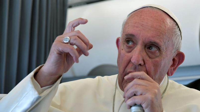 Dans l'avion qui le ramenait du Portugal à Rome, samedi 13 mai au soir, le pape François a donné comme à son habitude une conférence de presse.