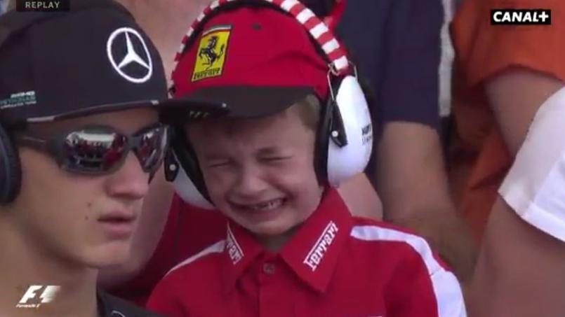 La belle image de Räikkönen qui console un jeune fan de Ferrari en pleurs