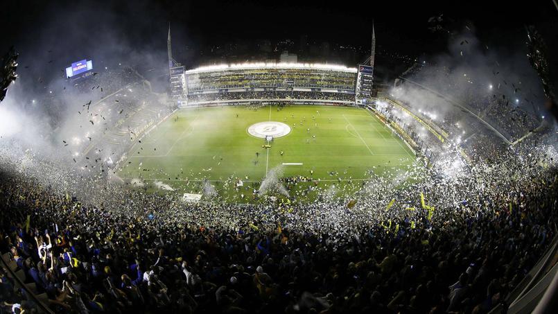 La Bombonera en feu, à l'entrée des joueurs de Boca Juniors