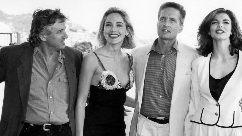 Sharon Stone entourée de Paul Verhoeven, Michael Douglas et Jean Tripplehorn affole la Croisette avec son rôle sulfureux dans Basic Instinct.