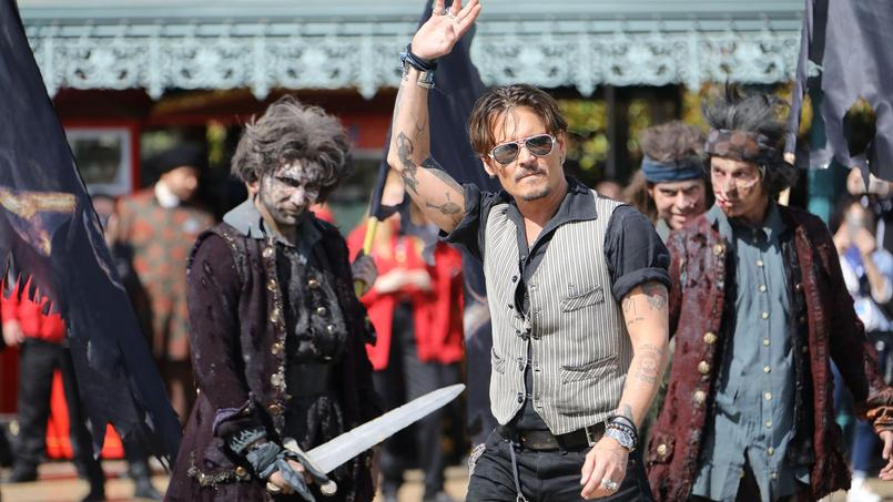 johnny depp r alise son r ve disneyland paris avec l 39 quipe de pirates des cara bes 5. Black Bedroom Furniture Sets. Home Design Ideas