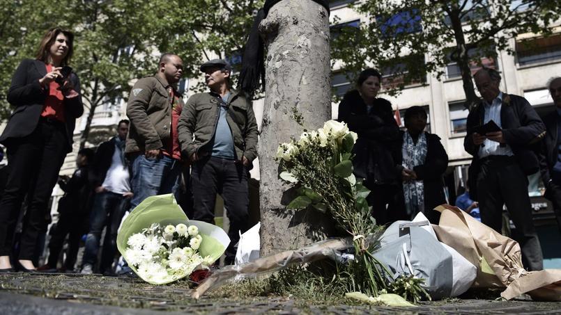 Desfleurs sont déposées à l'endroit où le policier Xavier Jugelé a été assassiné le 20 avril dernier, sur les Champs-Elysées.