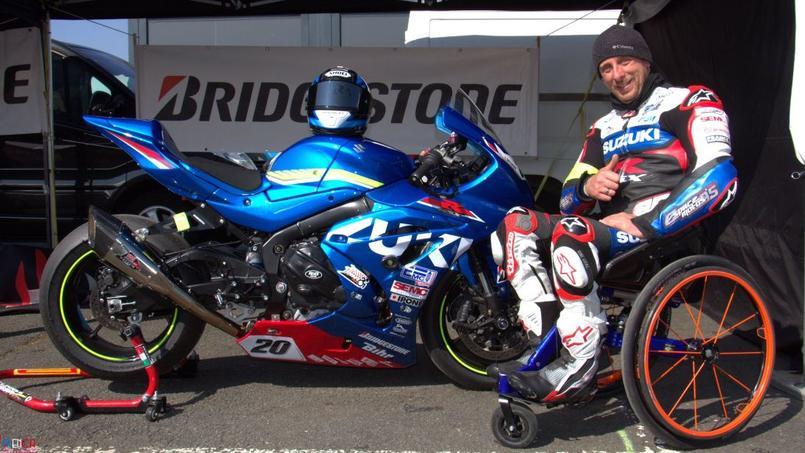 Stéphane Paulus à côté de sa moto. Crédit source: compte officiel Twitter