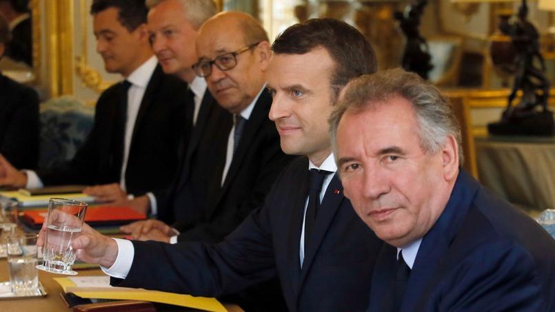 Emmanuel Macron entouré de ses ministres François Bayrou et Jean Yves Le Drian le 18 mai 2017 à l'Élysée