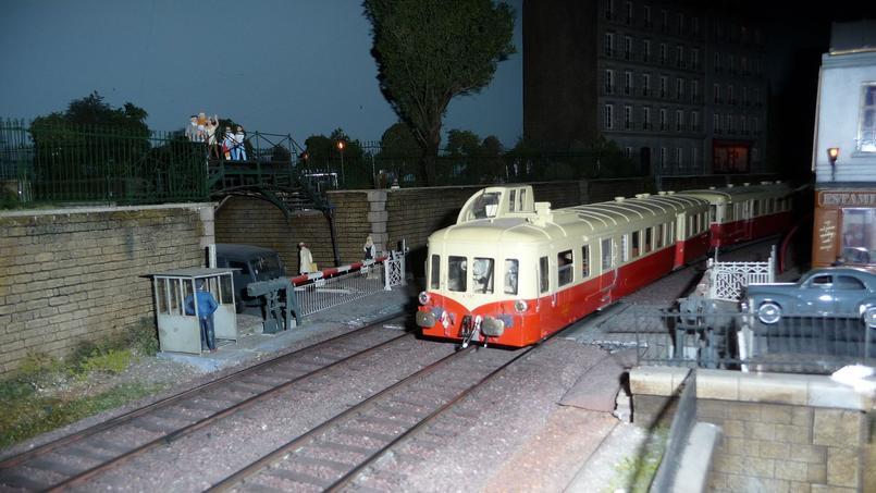 Un train sur la maquette du second étage du musée Rambolitrain, à Rambouillet (78).