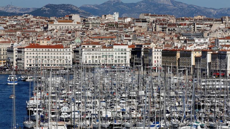 Dans la cinquième circonscription des Bouches-du-Rhône, au centre-ville de Marseille, deux candidats se disputent l'étiquette socialiste.