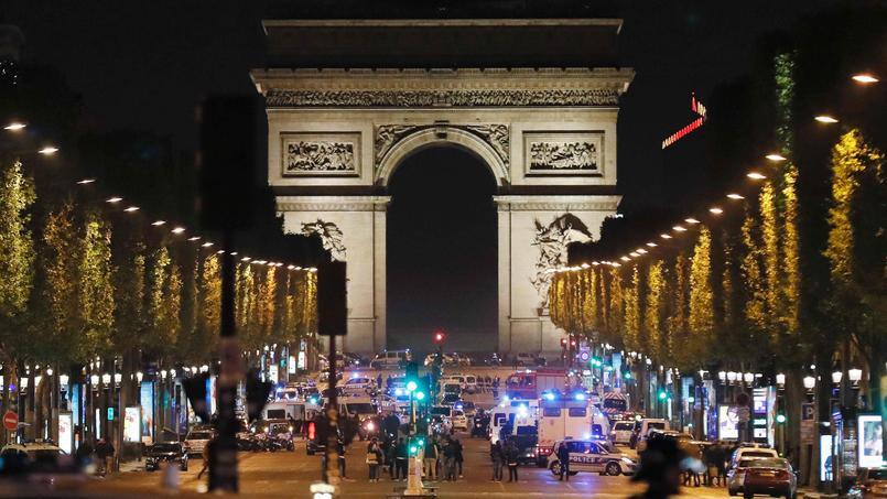 L'avenue des Champs-Élysées, le soir du 20 avril 2017.