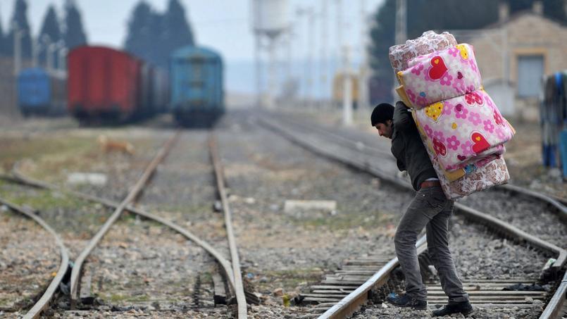 Un réfugié syrien traverse un chemin de fer, après avoir passé la frontière syrienne à Karkamus (sud de la Turquie)