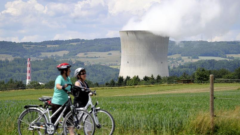 Les partisans du non à la sortie du nucléaire ont inondé les gares et les lieux publics suisses d'affiches montrant une femme frigorifiée sous sa douche.