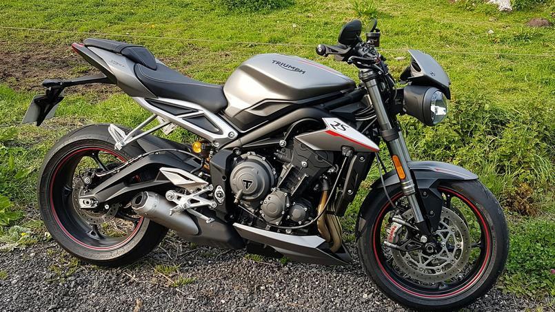 Le nouveau bras oscillant en forme de banane assure une meilleure stabilité à la moto.