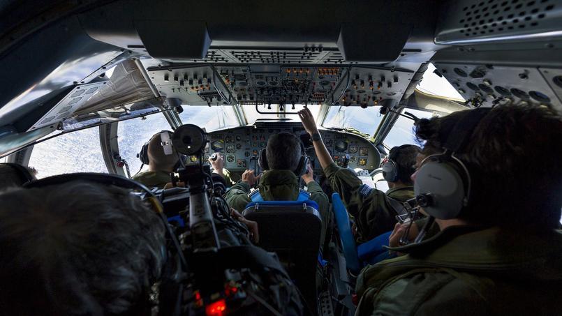L'armée française à la recherche de débris en Méditerranée, le 23 mai 2016.