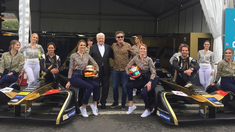Le fondateur et patron de Cacharel, Jean Bousquet, pose aux Invalides, avec l'équipe de l'Ecurie Techeetah: Alejandro Agag, fondateur et président de la Formula E, les pilotes Jean-Eric Vergne et Esteban Gutierrez et les hôtesses. Crédit: Cacharel.