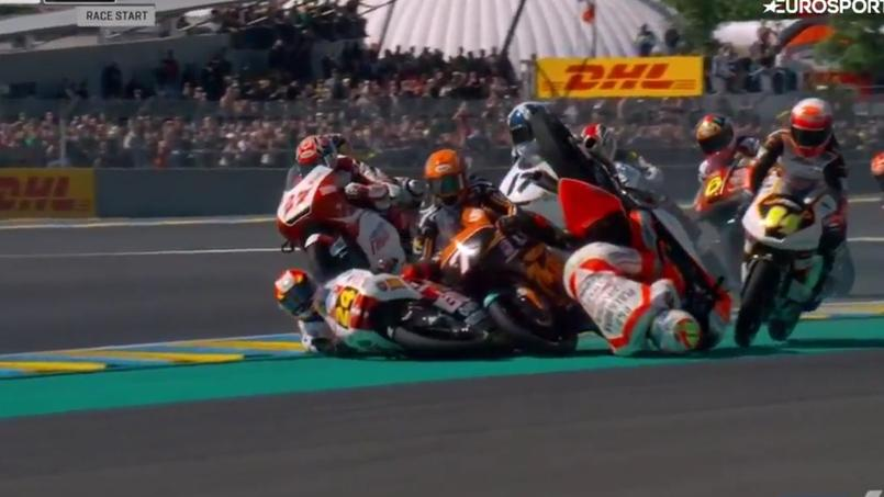 Une dizaine de pilotes moto à terre après une chute collective