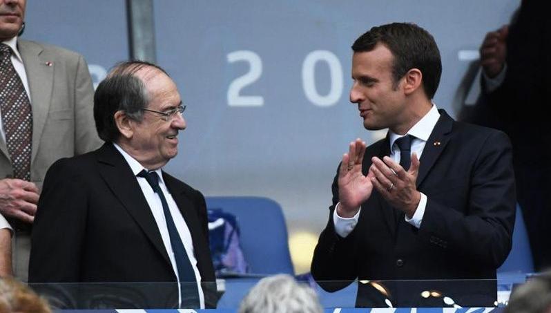 Emmanuel Macron aux côtés du président de la Fédération française de football, Noël Le Graët.