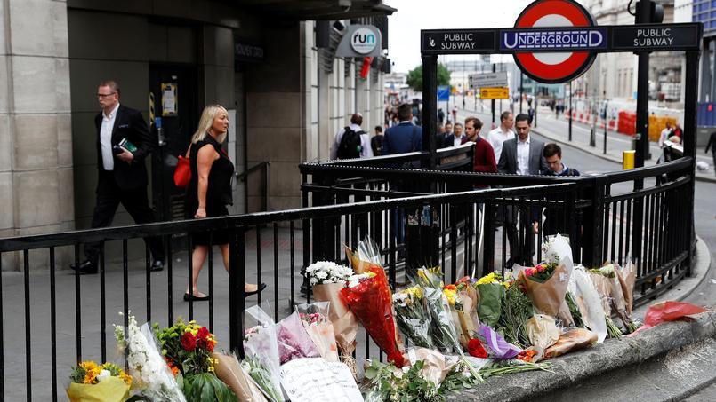 Les hommages des londonniens se multiplient sur les lieux de l'attentat.