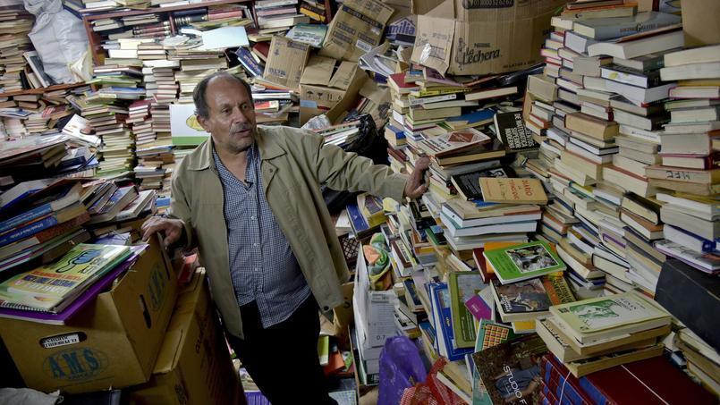 Des milliers de livres récupérés dans les poubelles, sont réparés et stockés chez cet éboueur.
