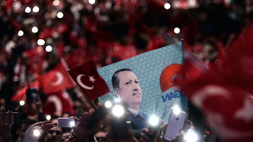 Des supporters d'Erdogan, lors d'un meeting du président turc à Strasbourg, le 4 octobre 2015.