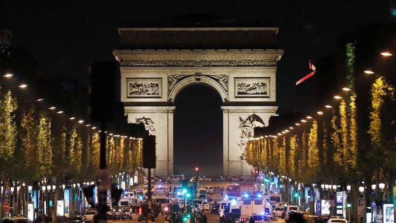 La police bloquant les Champs-Elysées, le soir du 20 avril, après l'attaque.