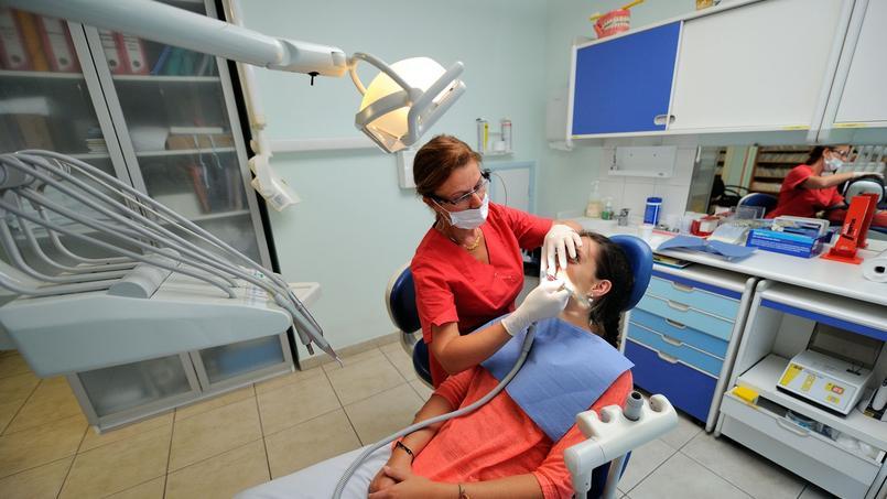 Les chirurgiens dentistes libéraux manifestent contre le plafonnement du prix des prothèses