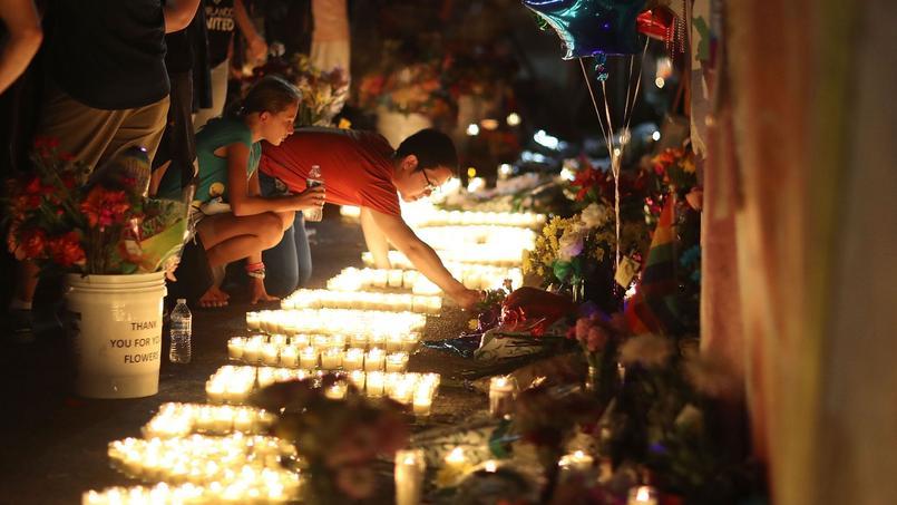 Plusieurs personnes ont déposé des bouquets de fleurs et des bougies en mémoire des victimes devant la discothèque le Pulse.
