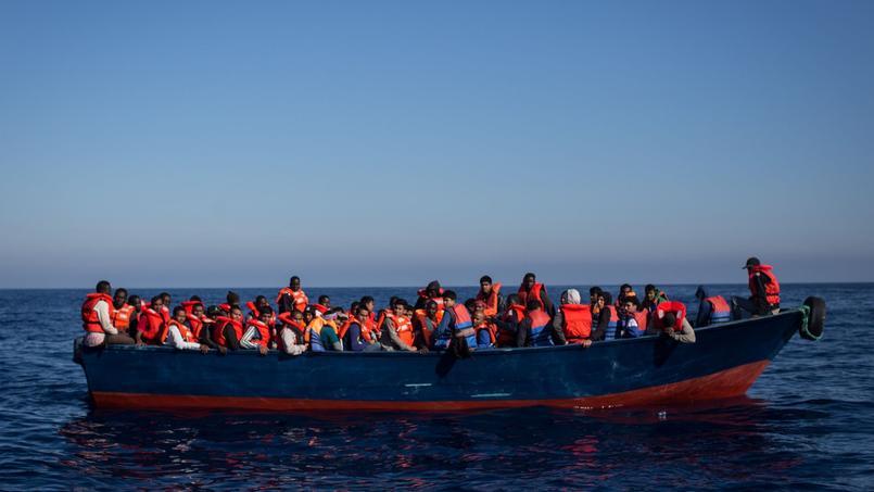 Des migrants sauvés en pleine Mer Méditerranée, le 18 juin, au large de Lampedusa.