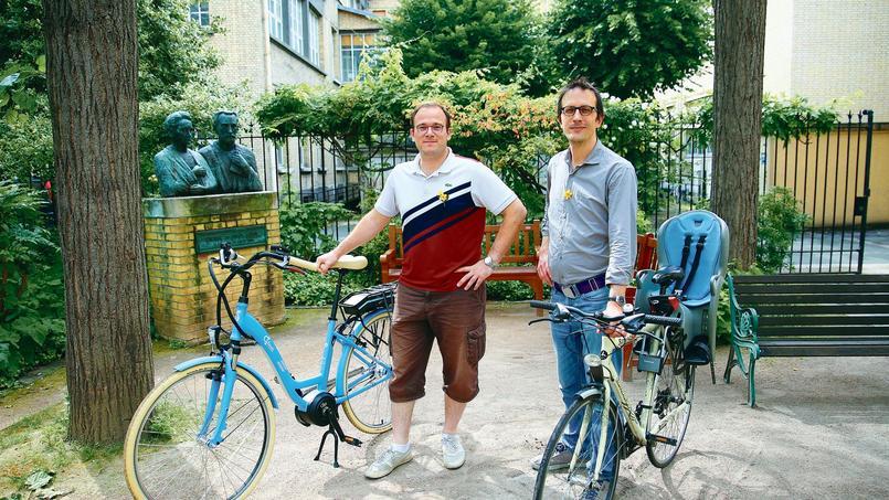 Martin Belle (à droite), directeur général de Cryocapcell, et son collaborateur Xavier Heiligenstein (à gauche), devant l'Institut Curie à Paris.