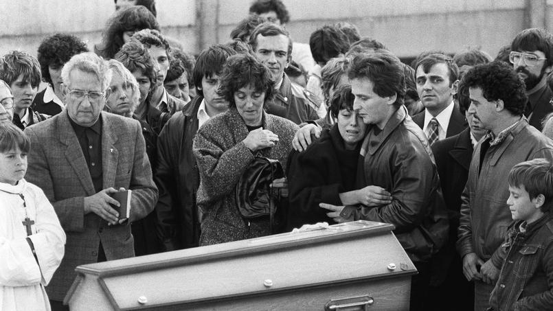 Christine et Jean-Marie Villemin, lors des obsèques de leur fils, Grégory, le 20 octobre 1984, à Lépanges-sur-Vologne, dans le département des Vosges.