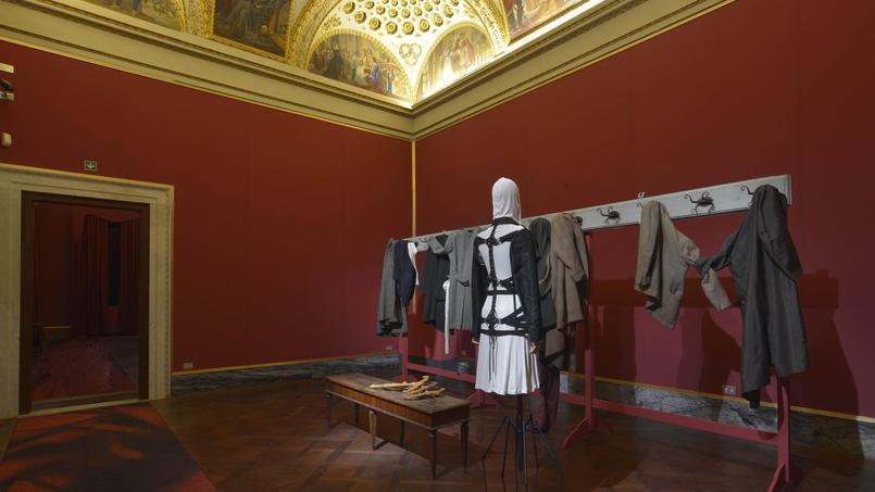 L'installation de vêtements au Palazzo Pitti questionne notre époque.