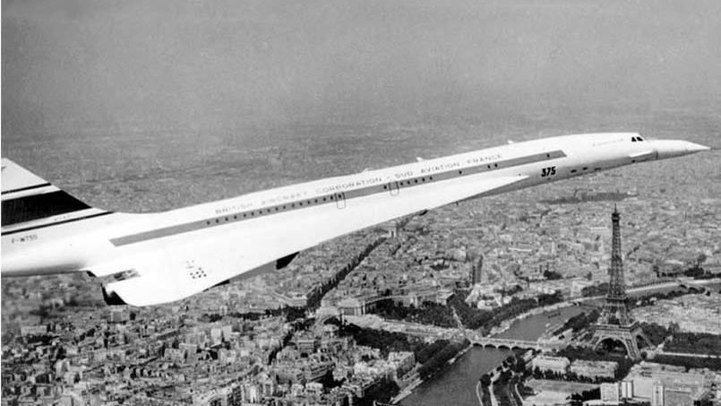 L'avion supersonique «Concorde 001» survolant la Tour Eiffel pendant le 28e salon du Bourget le 11 juin 1969. Le 1er octobre 1969, il sera le premier Concorde a franchir le mur du son.