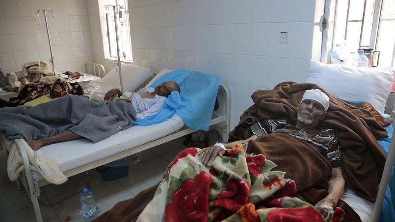 Des patients infectés par le choléra sont traités dans un hôpital de Sanaa, le 15 juin 2017.