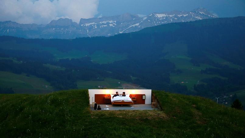 Très différent des logis traditionnels, le projet des frères jumeaux Frank et Patrik Riklin invite les clients à passer une nuit dans les grands espaces verts de la Suisse