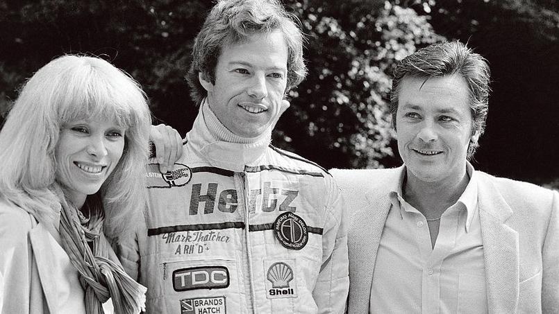 Mireille Darc, le pilote de Formule 1 Mark Thatcher et Alain Delon lors de la 49e édition des 24Heures duMans.