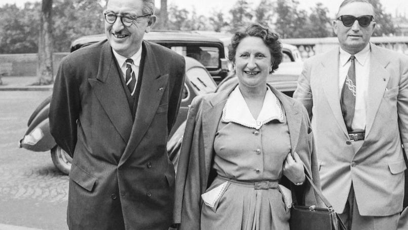 Les femmes ont fait leur entrée à l'Assemblée nationale en 1945. Ici, en juillet 1951, une députée, Madeleine Laissac s'apprète à pousser les portes du Palais Bourbon.