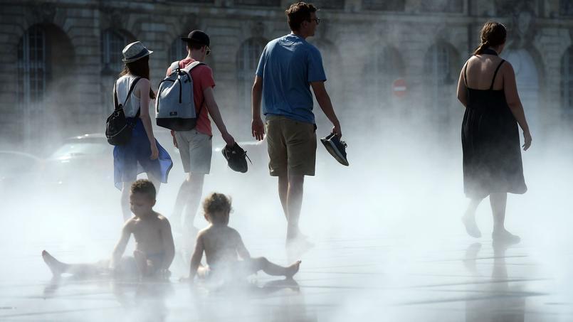 À Bordeaux, les habitants se rafraîchissent au Miroir d'eau, place de la Bourse (photo d'illustration).
