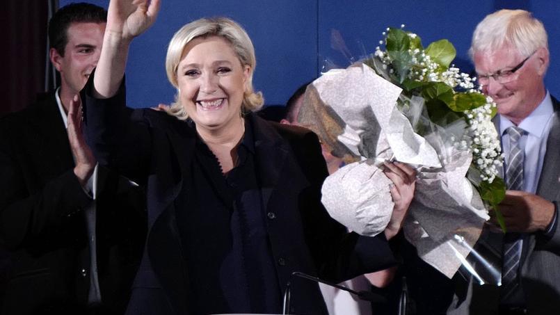 Marine Le Pen reçoit un bouquet de fleurs après un discours à Hénin-Beaumont, où elle a été élue députée.