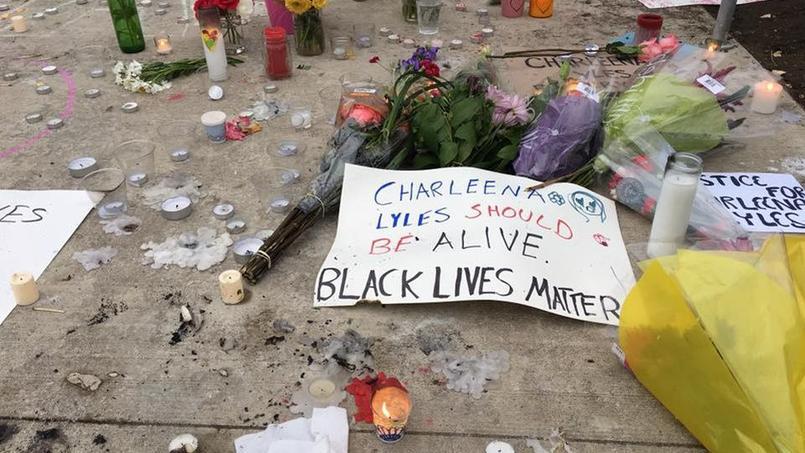 Des fleurs et des bougies ont été déposées devant le domicile de Charleena Lyles, Afro-Américaine tuée le 18 juin à Seattle par deux policiers.