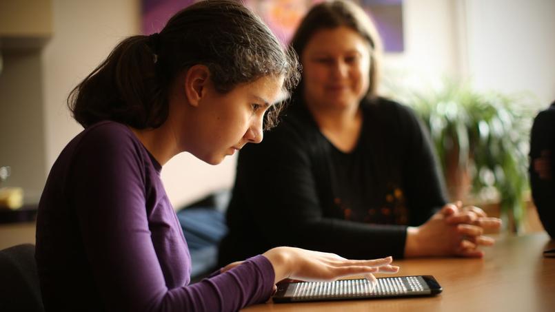 Feelif a été développée en collaboration avec des élèves d'école primaire, son contenu est essentiellement éducatif. 4WEB cherche à adapter sa technologie aux adultes.