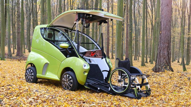 Elbee est un véhicule qui s'ouvre à l'avant. On ne grimpe pas à l'intérieur, mais on roule dedans en chaise roulante.