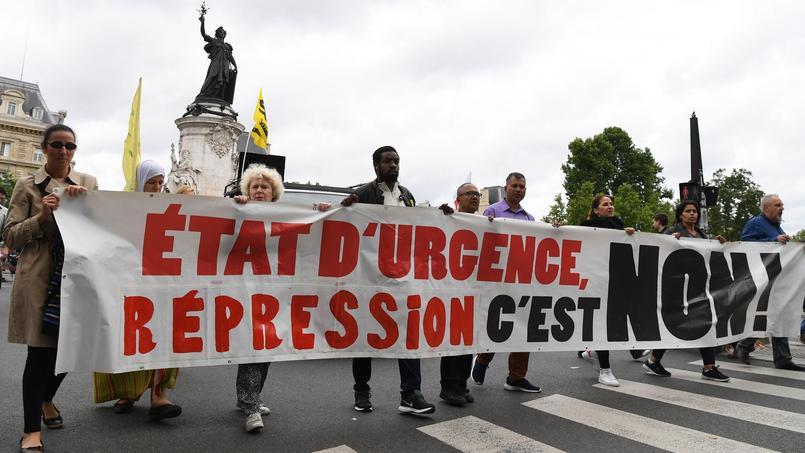 Des manifestants contre l'état d'urgence, le 1er juillet 2017.