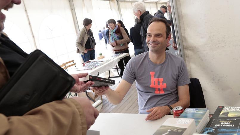 Édouard Philippe en séance de dédicace au festival littéraire «Le polar à la plage» en juin 2013.