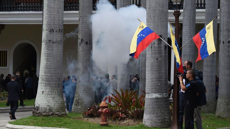 Des partisans du gouvernement envahissent le Parlement — Venezuela
