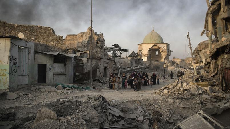 Des civils irakiens fuyant les combats près de la mosquée al-Nouri, détruite le 22 juin par les combattants de l'État islamique.