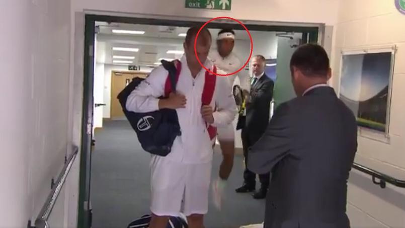 Rafael Nadal, se cognant la tête avant son match