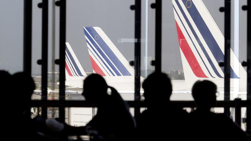 Les délais d'attente aux contrôles de la police aux frontières des aéroports parisiens ont atteint un niveau très critique.
