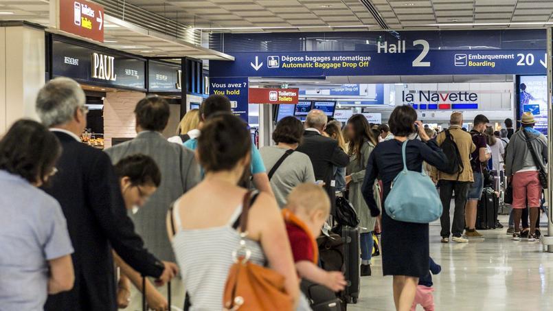 Forte affluence dans la file d'attente pour atteindre la Navette d'Air France, dans le hall 2 de l'aéroport d'Orly .