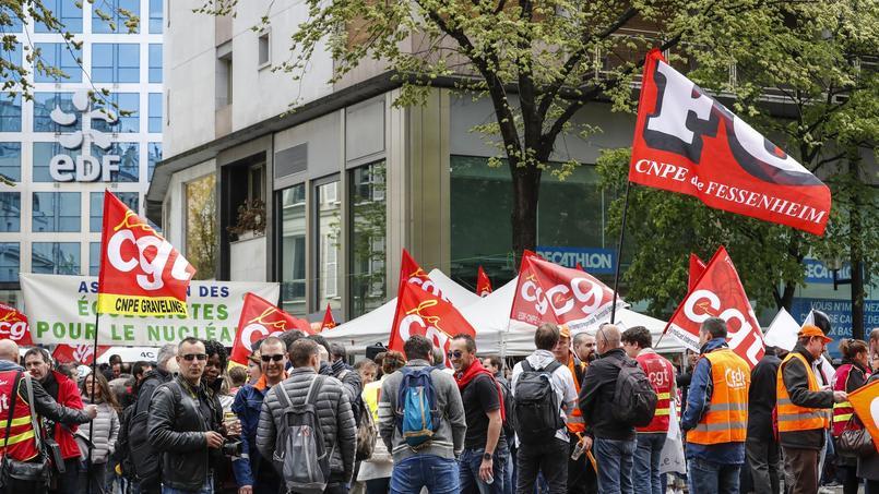 Manifestation devant le siège d'EDF à Paris pour protester contre le projet de fermeture de la centrale nucléaire de Fessenheim, le 6 avril 2017.