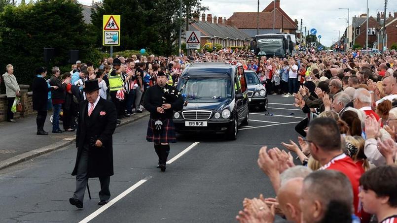 Une foule immense a dit adieu à la jeune coqueluche du foot anglais