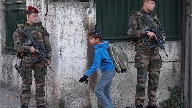 Militaires en poste devant l'école juive La Source, Marseille, 12 janvier - Crédits photo: BORIS HORVAT/AFP
