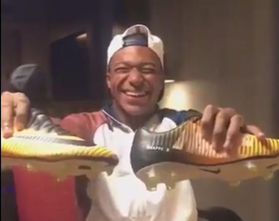 Kylian Mbappé a présenté, tout sourire ses nouvelles chaussures dans une vidéo