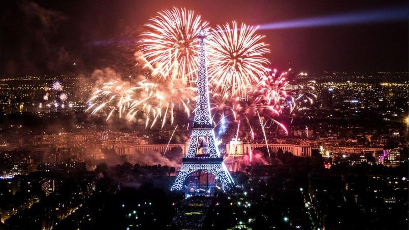 Feu d'artifice du 14 juillet : La Tour Eiffel aux couleurs des JO